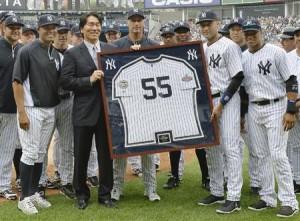 松井とヤンキースナイン記念撮影