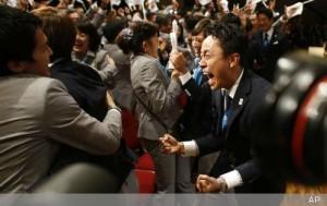 2020年五輪開催地東京で喜ぶ安倍首相や